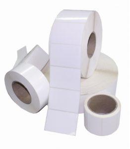 Etiquetas blancas en rollo